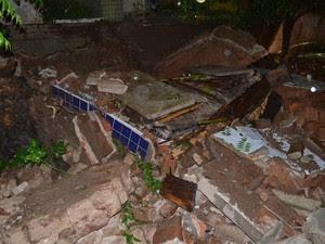 O muro de um cemitério de Cajazeiras desabou e um caixão parou no meio da rua na noite da terça-feira (29) (Foto: Ângelo Lima/Arquivo Pessoal)