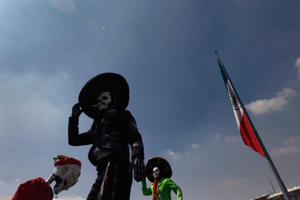 Μεξικανοί με μάσκες νεκρών, στέκονται σε ξυλοπόδαρα. Οι Μεξικανοί τιμούν τους πεθαμένους συγγενείς τους κατά τη διάρκεια γιορτών πριν την Ημέρα των Νεκρών την 1η Νοεμβρίου.