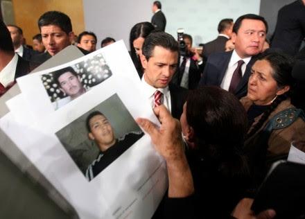 Peña Nieto con familiares de desaparecidos Foto: Germán Canseco