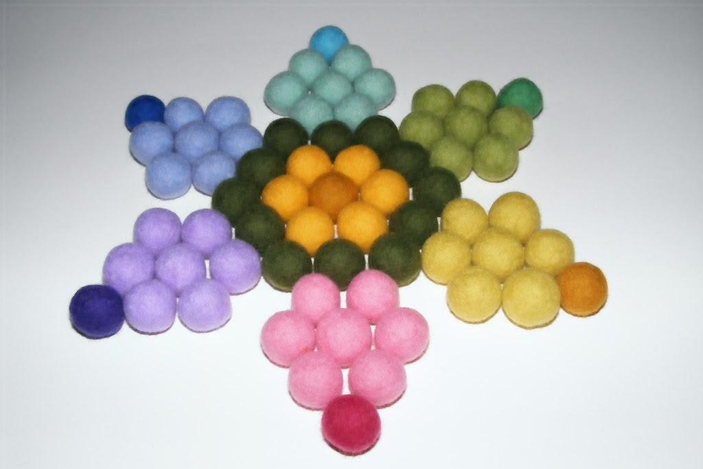 alcune palline di feltro colorate