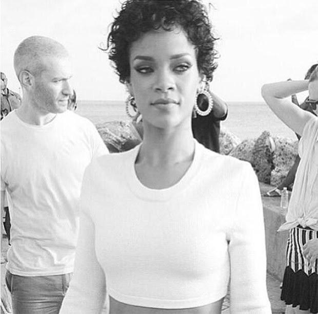 Rihanna na revista Glamour (Foto: Instagram/Reprodução)
