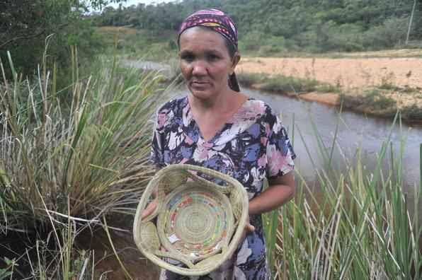 No Vale do Jequitinhonha, moradores do quilombo Baú do Serro mostram seus costumes e rotina. Na foto, Maria da Conceição Carmindo Vieira, 50 anos, mãe de 11 filhos, moradora do quilombo, mostra o artesanato praticado na região.