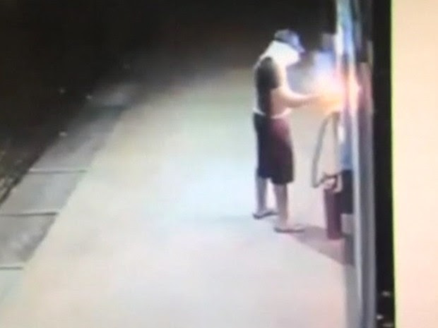 ladrão tenta explodir caixa eletrônico na Austrália (Foto: Reprodução/BBC)