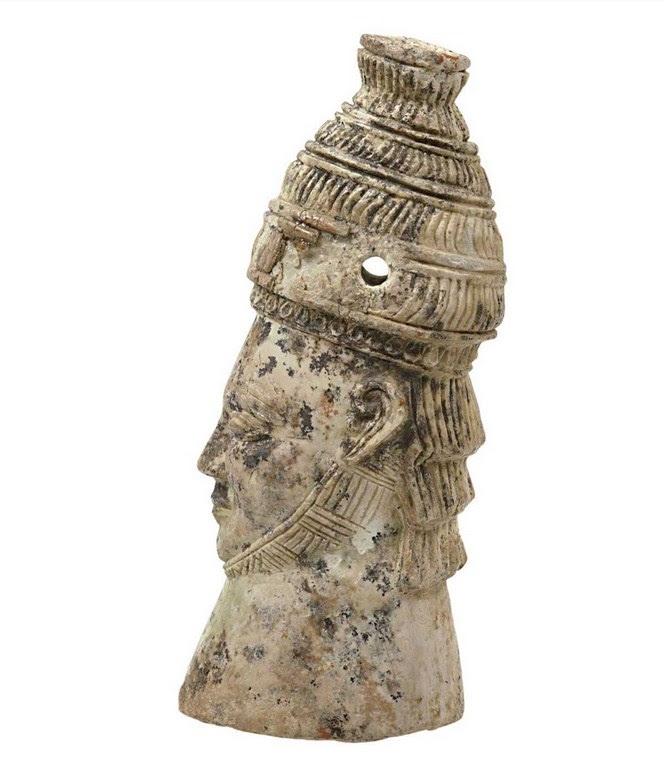 Μια μυκηναϊκή κεφαλή άνδρα με οδοντόφρακτο κράνος