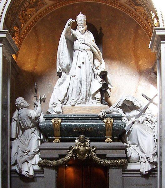 Archivo: Roma Grab León XIII BW.JPG
