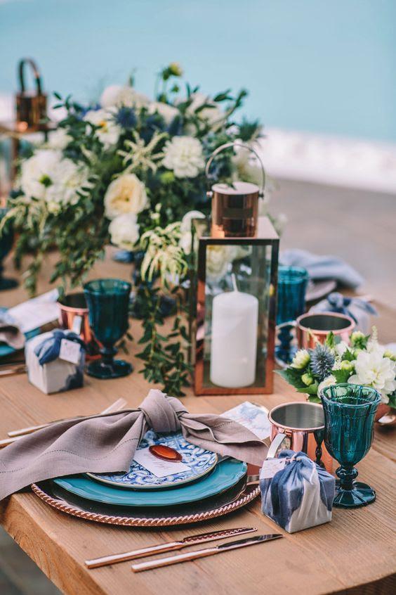 akzentuieren Sie Ihren Tisch mit indigo Gläser, Teller und Geschenk-Boxen und hinzufügen Kupfer für eine-chic-look