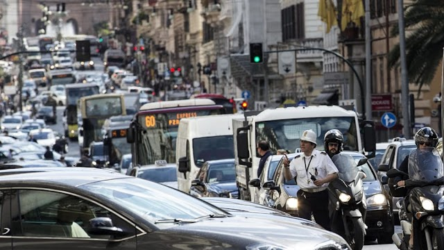 A Roma il 50% degli spostamenti in auto è sotto i 6 chilometri