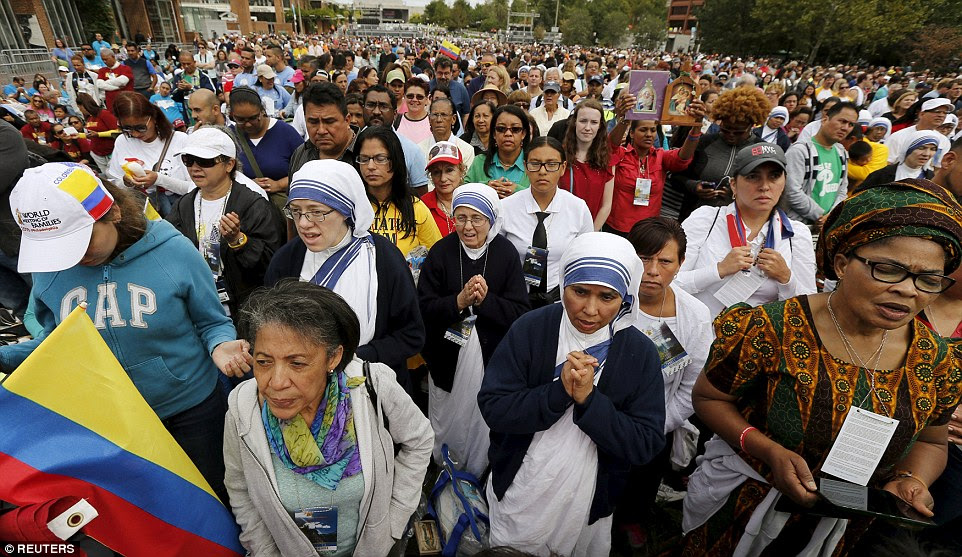 Catholic nuns and other worshippers prayed on Independence Mall in Philadelphia as they watch a television feed of Pope Francis celebrating a mass nearby at the Cathedral Basilica of Saints Peter and Paul