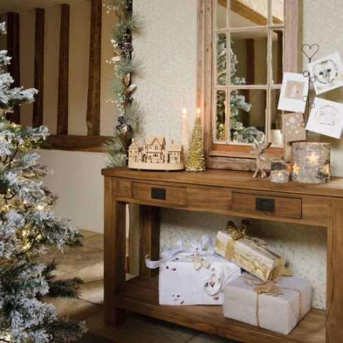Deck The Halls – 10 Christmas Hallway Decorating Ideas ...