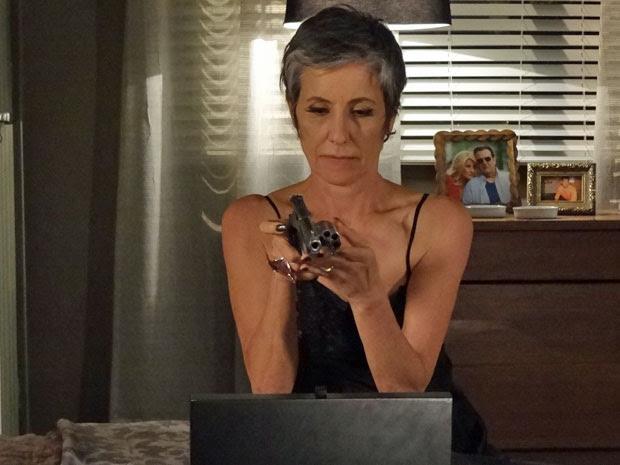Melissa tira um revólver do armário depois de descobrir o endereço detalhado de Angélica (Foto: Amor Eterno Amor/ TV Globo)