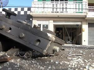 Partes do caixa eletrônico foram arremessados para fora da agência (Foto: Reprodução/TV Paraíba)