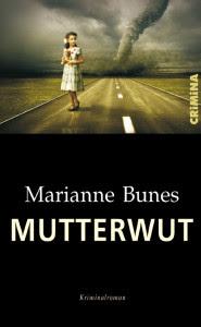 Cover Marianne Bones Mutterwut weiß auf schwarz, oben Mädchen steht auf leerer Landstraße, im Hintergrund entwickelt sich ein Wirbelsturm.