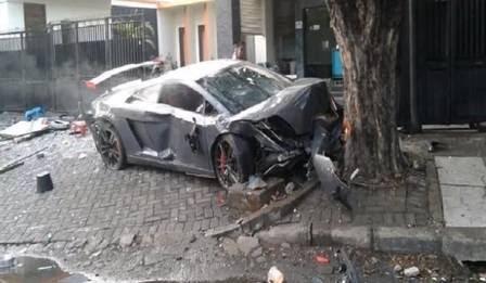 O carro bateu numa árvore