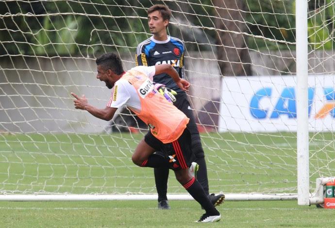 Léo Moura comemora gol no rachão Flamengo (Foto: Gilvan de Souza / Flamengo)
