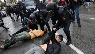Una de les actuacions policials a Barcelona, el matí de l'1 d'octubre (Reuters)