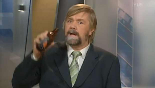 Em outubro de 2010, o apresentador finlandês Kimmo Wilska foi demitido após ser flagrado com uma cerveja em um programa ao vivo da emissora 'YLE'. Após uma reportagem sobre o consumo da bebida, Wilska fez uma brincadeira e simulou estar bebendo no estúdio (Foto: Reprodução)