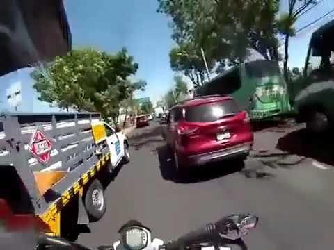 Mujer choca contra taxi por ir discutiendo