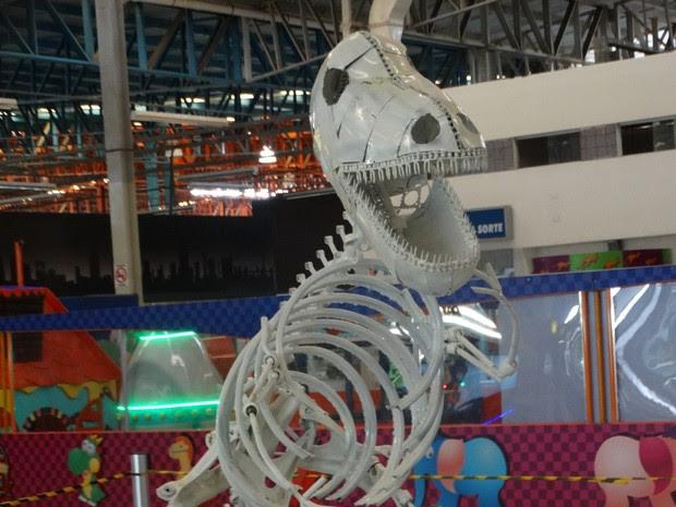 Dinossauro feito de metal por Valmir Reginaldo (Foto: Paula Cavalcante/ G1)