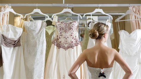 The DOs and DON'Ts of Choosing Your Wedding Dress   Glamour