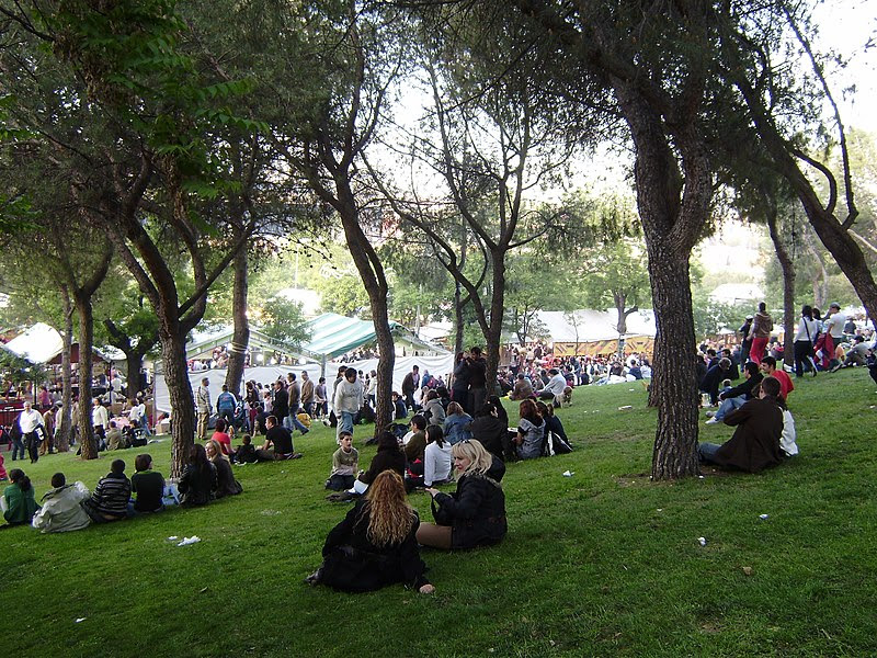 Archivo:Madrileños en el Parque de San Isidro.JPG