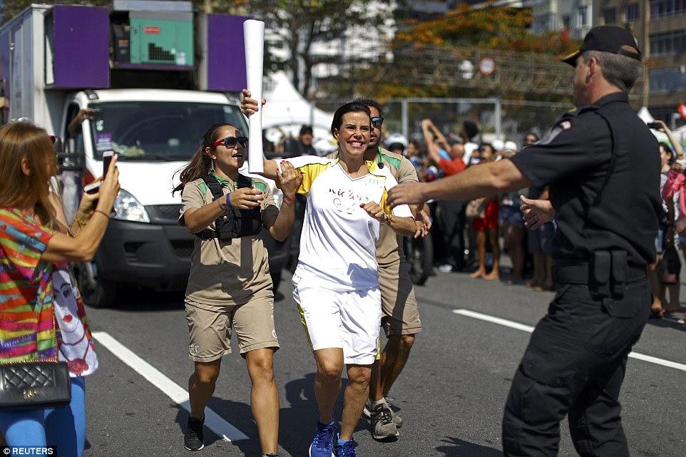 Desviar: A rota, que era suposto ser ao longo de toda a frente da Praia de Copacabana, foi apressadamente redesenhada para evitar manifestantes