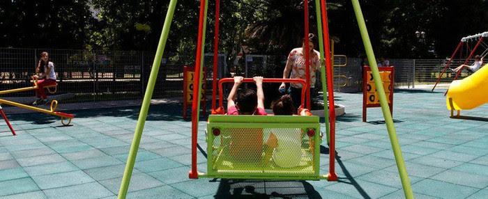 Las plazas porteñas suman juegos para grandes y chicos.
