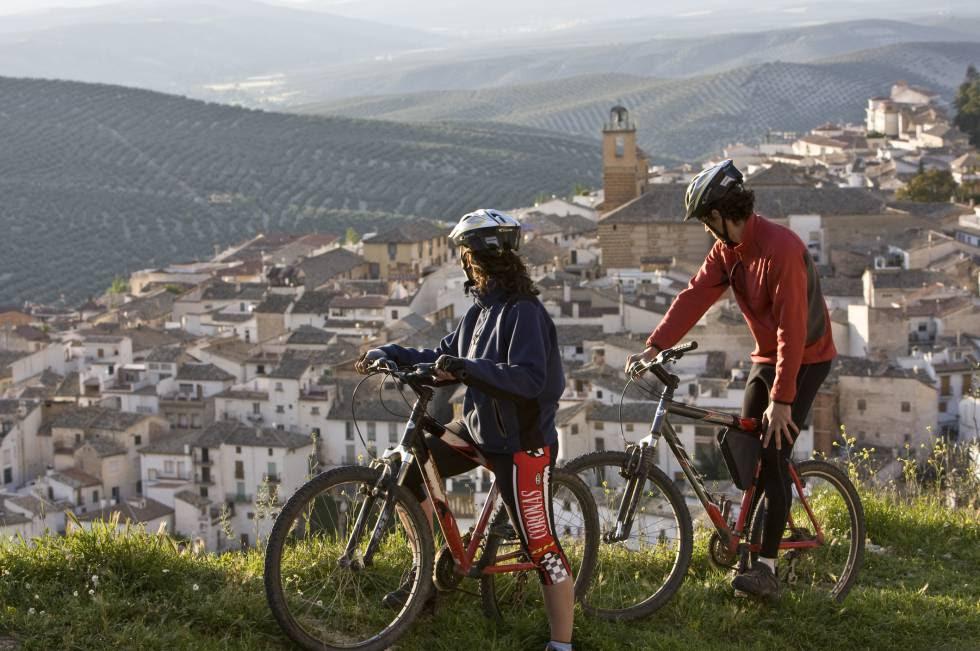 Dos ciclistas contemplando el pueblo de Cazorla, en Jaén.