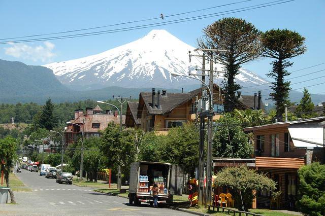 La ville de Pucon avec en arriere plan le volcan Villarica