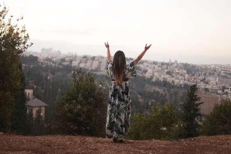 Brasileira que mora em Israel lança projeto musical em português e hebraico