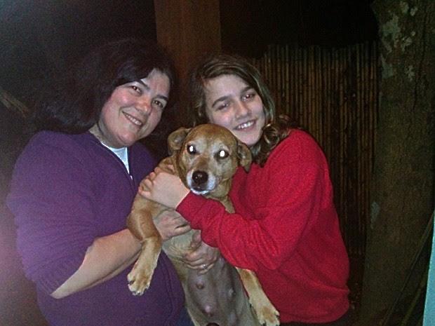 Rosana, a filha de 11 anos e a cadelinha Carol, no retorno para casa (Foto: Rosana Senna/Arquivo Pessoal)