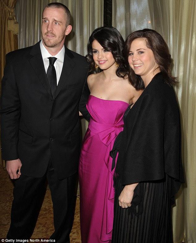 Presente de Natal antecipado: Enquanto isso, o adolescente revelou recentemente que ela tem um presente de Natal antecipado, com a notícia de sua mãe Mandy e seu padrasto Brian, retratado aqui com Selena, estão esperando um filho