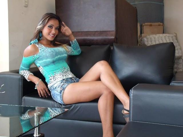 Angela Paz Espinoza recostada en un sofa de cuero