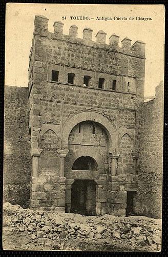 Puerta vieja de Bisagra o de Alfonso VI (Toledo) tras su restauración. Principios del siglo XX. Foto Lacoste 1911