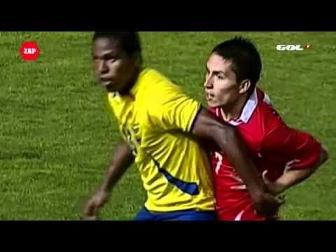 Giocatore Cile U20 si da un pugno con il braccio dell'avversario