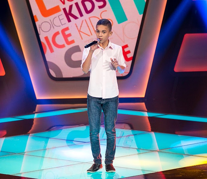 Elizaldo Alves canta 'Domingo de manhã' no palco do The Voice Kids (Foto: Isabella Pinheiro/Gshow)