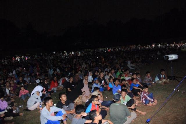 Berita Islam ! Masyarakat Antusias 'Nobar' Film Pengkhianatan G30S PKI... Bantu Share !