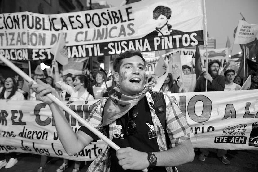 Movilización contra las privatizaciones en el Hospital de Clínicas, ayer, en 18 de Julio. Foto: Santiago Mazzarovich