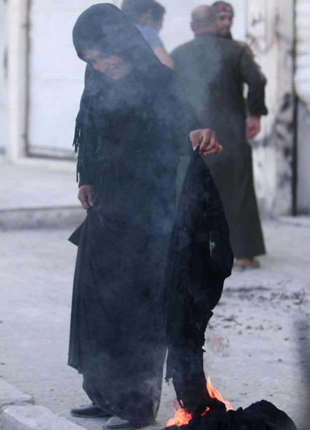 This woman decided to burn her niqab to mark the end of IS rule