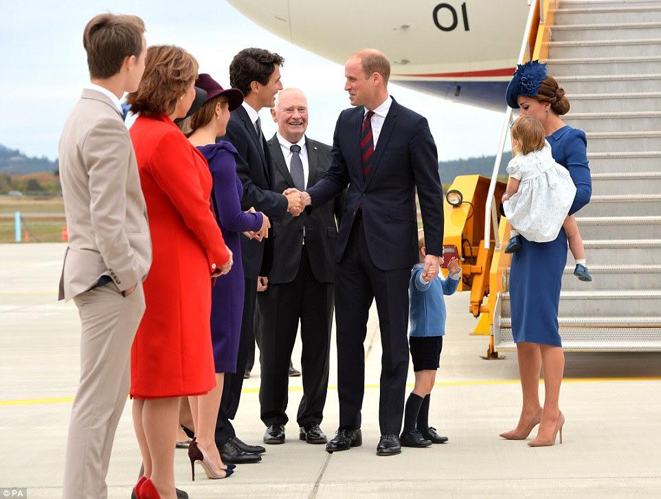 Príncipe William apertou a mão do primeiro-ministro do Canadá Justin Trudeau depois que a família desembarcou em Victoria