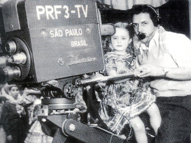 A atriz-miriam Sonia Maria Dorce e o câmera Walter Tasca, na TV Tupi, em 1950