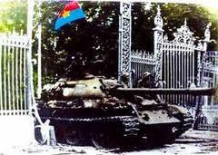 Quân đội Bắc Việt phá cửa sắt Dinh Độc Lập