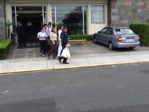 Agentes judiciales decomisaron documentación en la habitación de un hotel en Sabana Sur. CRH