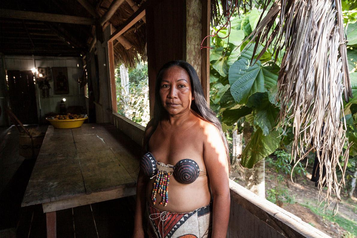 Η Rosaura Mirana (Μιράνια) Carijona είναι από τους ελάχιστους στη Μακεδονία που μιλούν αγγλικά. Ο στηθόδεσμός που φορά είναι φτιαγμένος από φλοιούς καρύδας. Η αίσθηση που έχουν οι Ινδιάνοι για το σώμα τους δεν έχει καμία σχέση με την δική μας βικτωριανή ηθική.