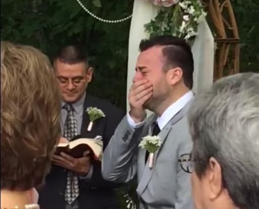Novio rompe en llanto al ver a su futura esposa llegar al altar