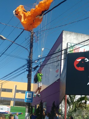 Homem fica preso à fiação elétrica em voo de parapente em Caraguatatuba (Foto: Vanderley Franco/ Vanguarda Repórter)