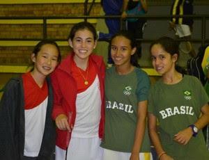 Jeiseane Alves e sua parceira Jackeline Luz posam com suas adversárias peruanas no Sul-Americano da Colômbia 2011 badminton (Foto: Arquivo Pessoal)