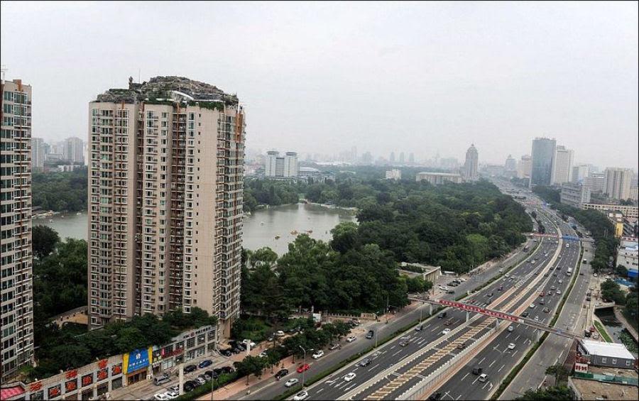 Empresário excêntrico constrói casa serrana no topo de um prédio em Beijing 01