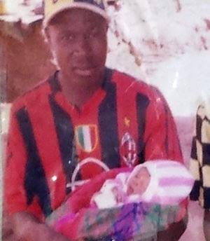 O pequeno Emile, primeiro paciente da epidemia de ebola, quando era recém-nascido, no colo do pai (Foto: AP Photo/Unicef/Beukes)