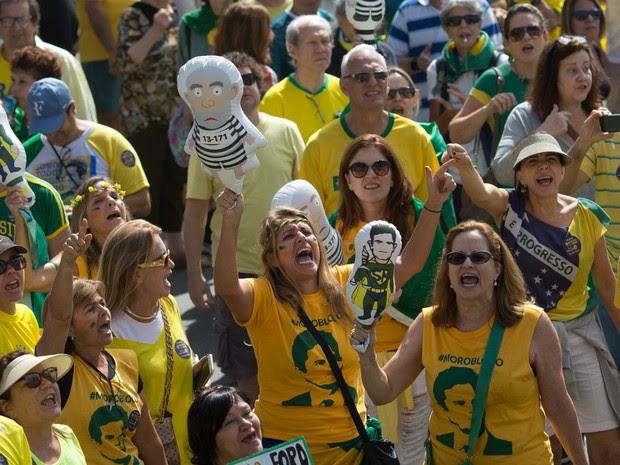 Manifestantes gritam palavras de ordem durante protesto contra a presidente afastada Dilma Rousseff em Copacabana, no Rio de Janeiro (Foto: Silvia Izquierdo/AP)