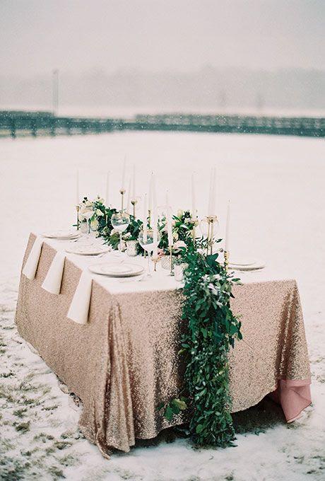 frisches grün und weißen Blüten Tischläufer sieht super Fett auf einer Kupfer-Tischdecke